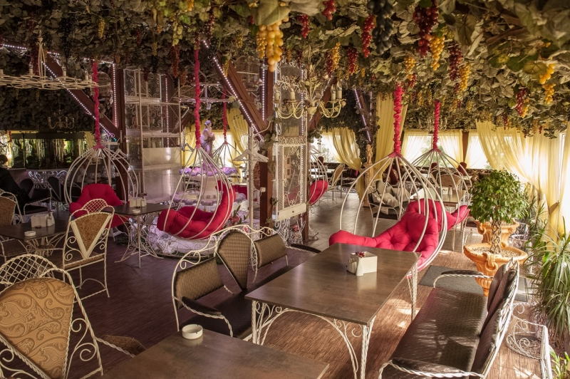 Впечатляющий интерьер в стиле летнего сада с розовыми подвесными креслами