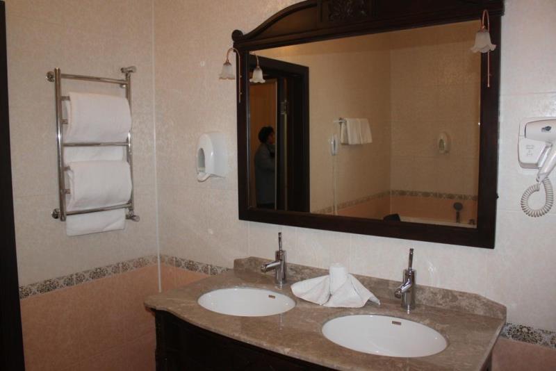 Большое зеркало в ванной комнате - отличная вещь