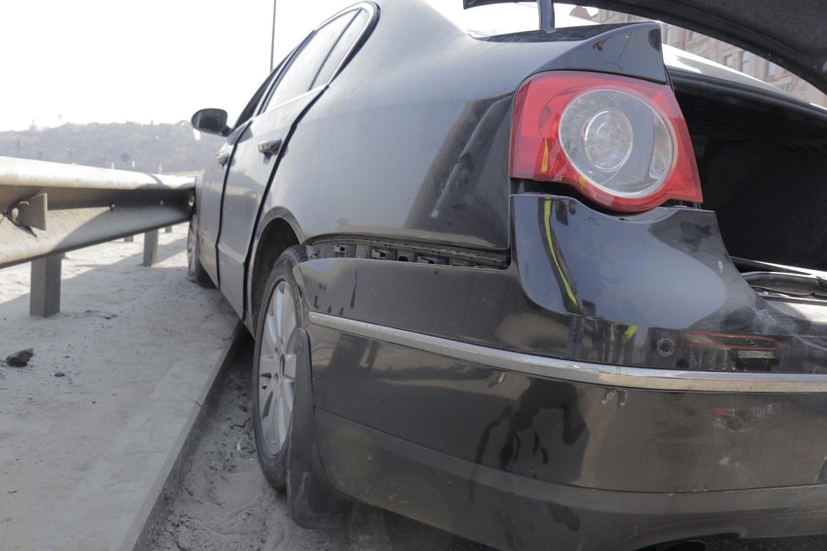 Volkswagen от удара влетел в оградительный отбойник и застрял на нем