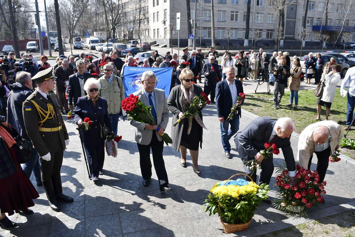 Цветы возложили к трем памятникам и мемориалам