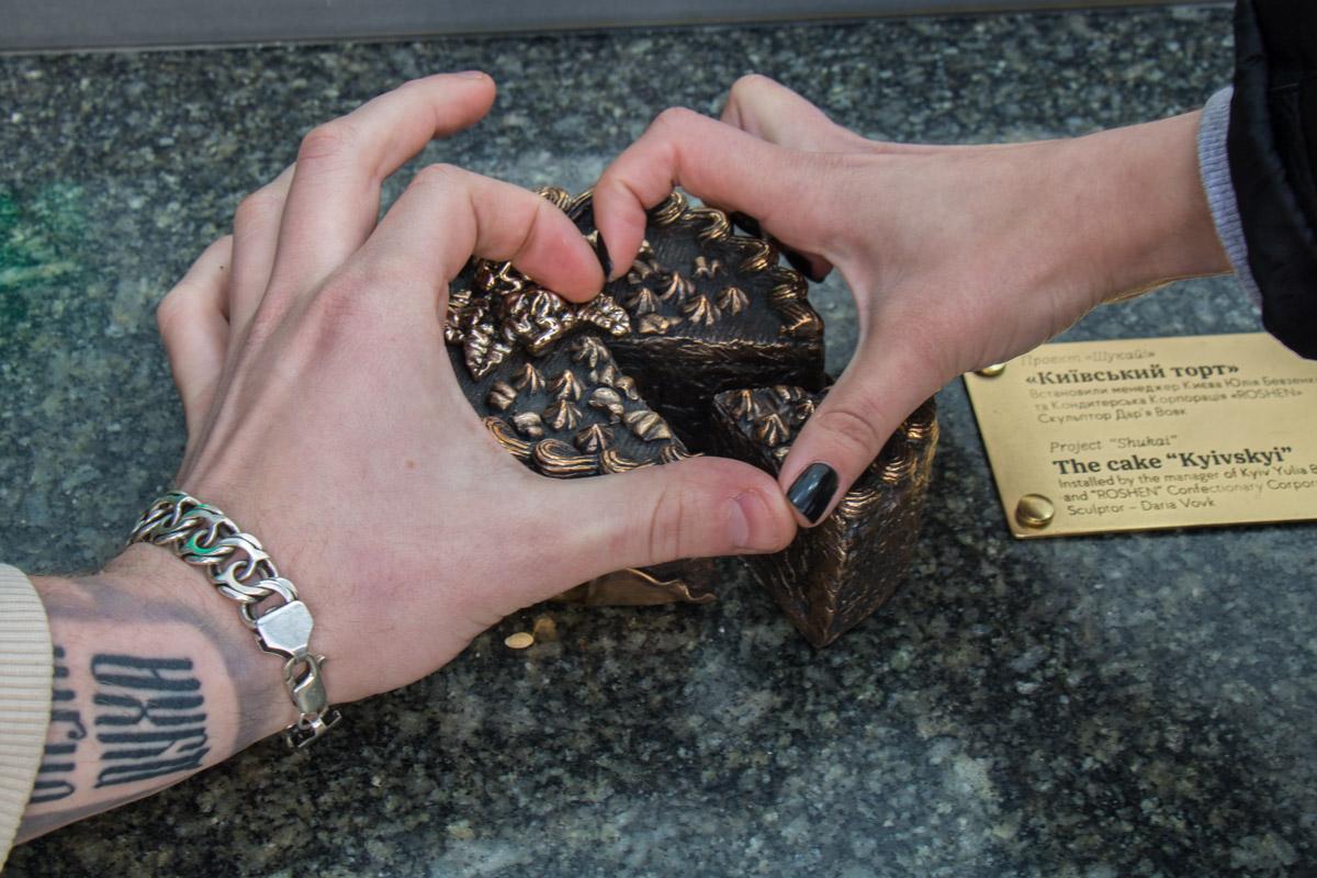 """Скульптура установлена в рамках проекта о символах Киева """"Шукай"""""""