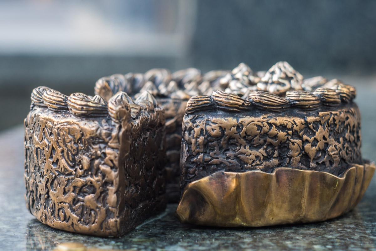 Каждая скульптура, в том числе и киевский торт изготовлены из бронзы