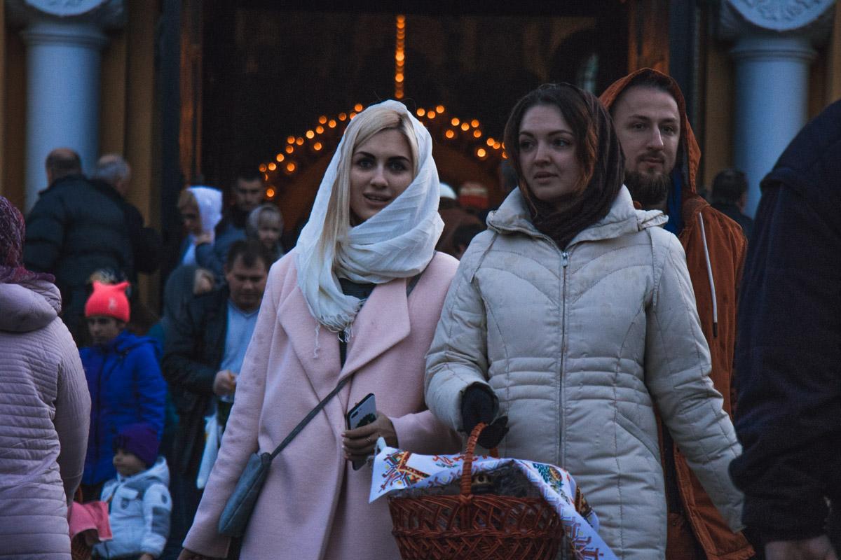Заходя в храм, девушки обязательно покрывают голову платком