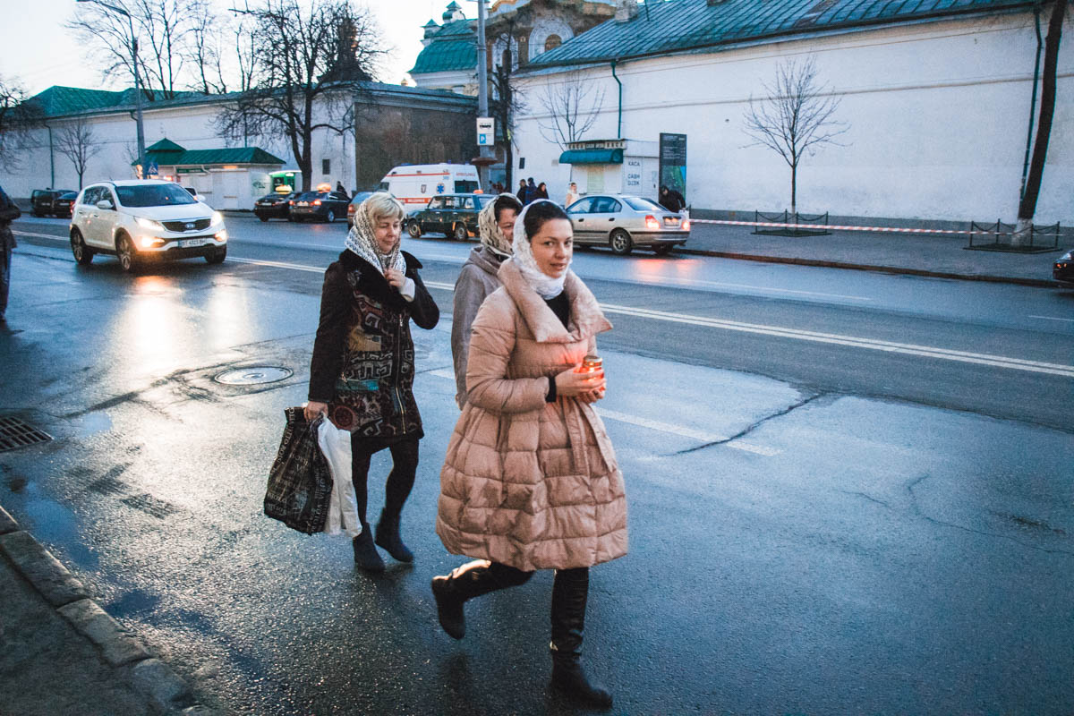 Жители Киева спешат в Лавру