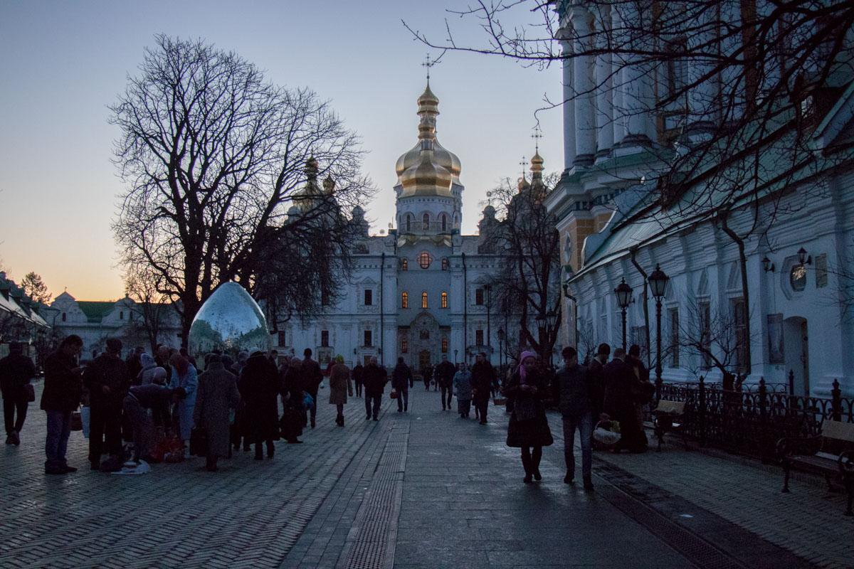 Около храмов и соборов собираются большие очереди