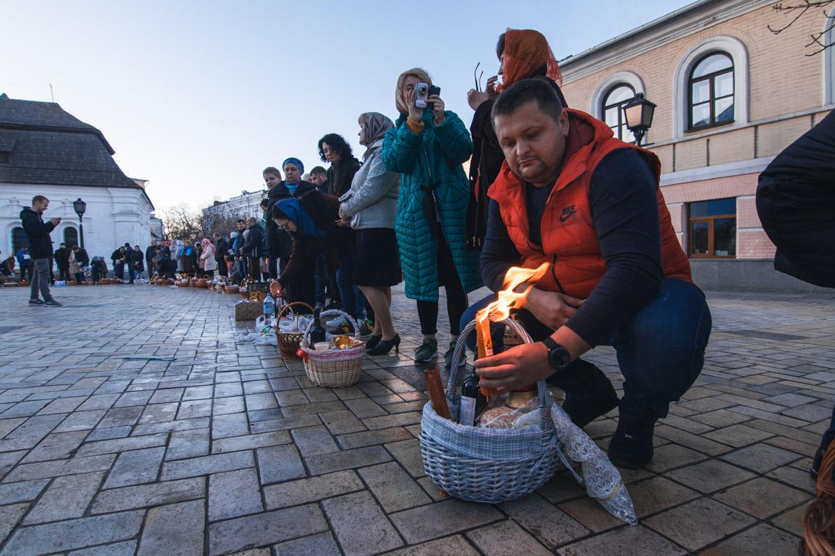 В пасхальных корзинах зажигают свечи
