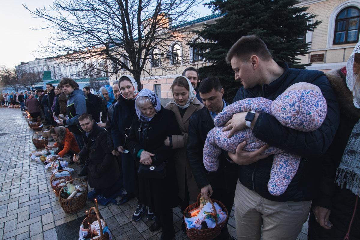 Освятить пасхальную корзину в храмы приходят целыми семьями