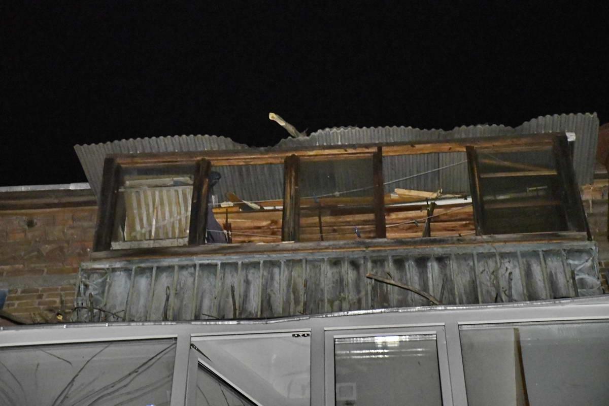 Ветки поломали балконы на последних трех этажах
