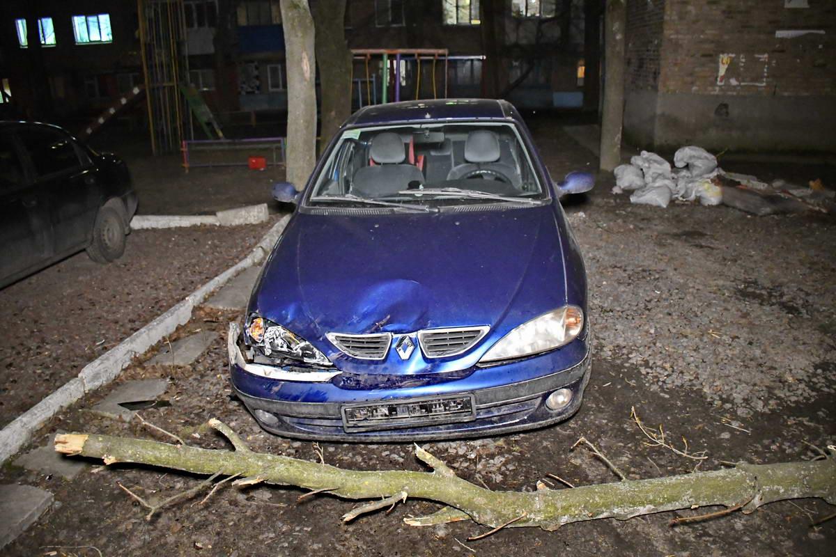 Один автомобиль пострадал довольно сильно