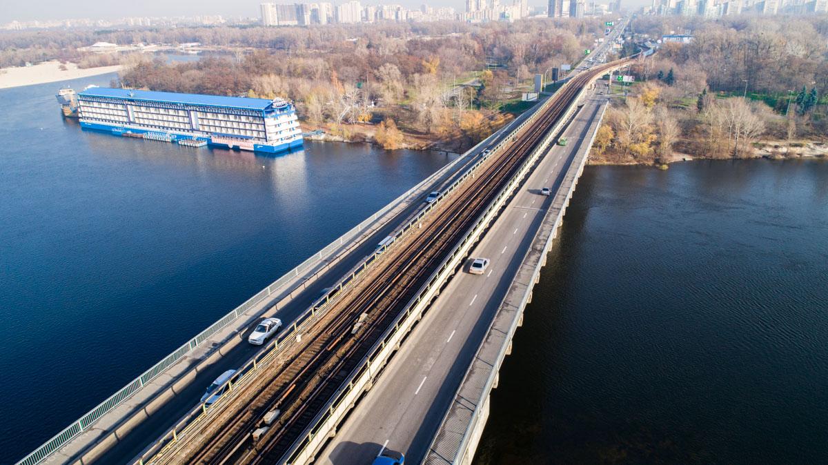 Мост Метро проходит через Русановский пролив реки Днепр