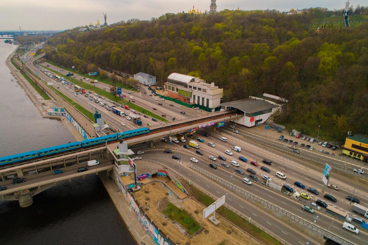 С высоты птичьего полета видны ржавые элементы конструкции моста