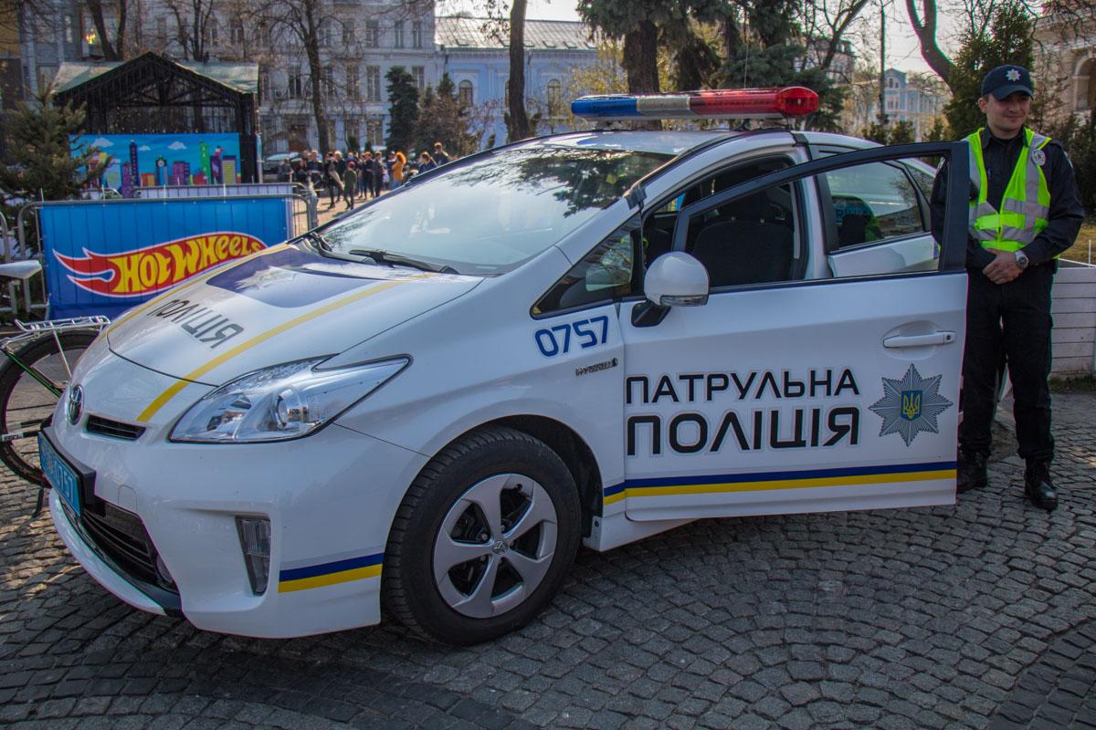 На мероприятии детям и взрослым разрешали посидеть в патрульной машине