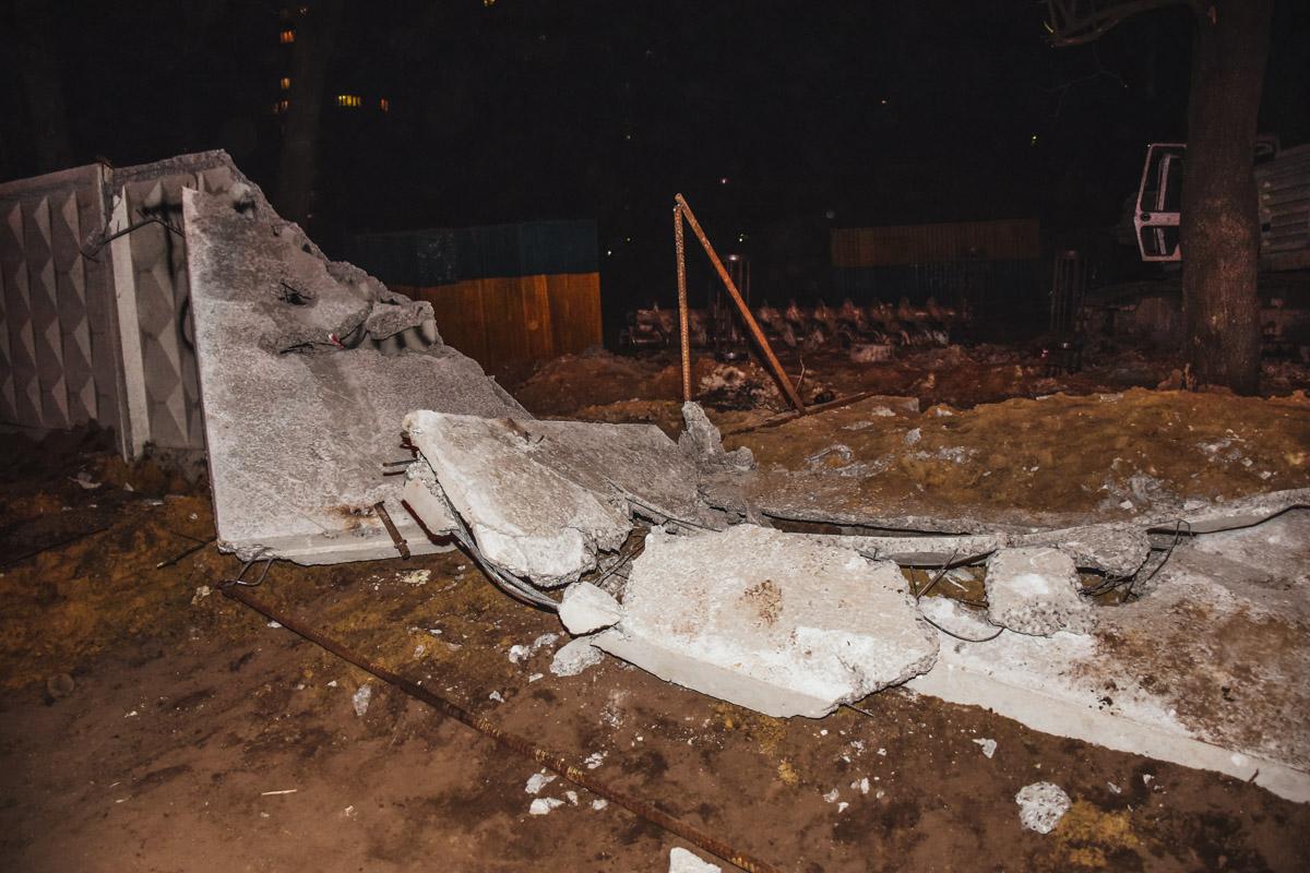 Жители района своими силами разрушили забор вокруг стройки