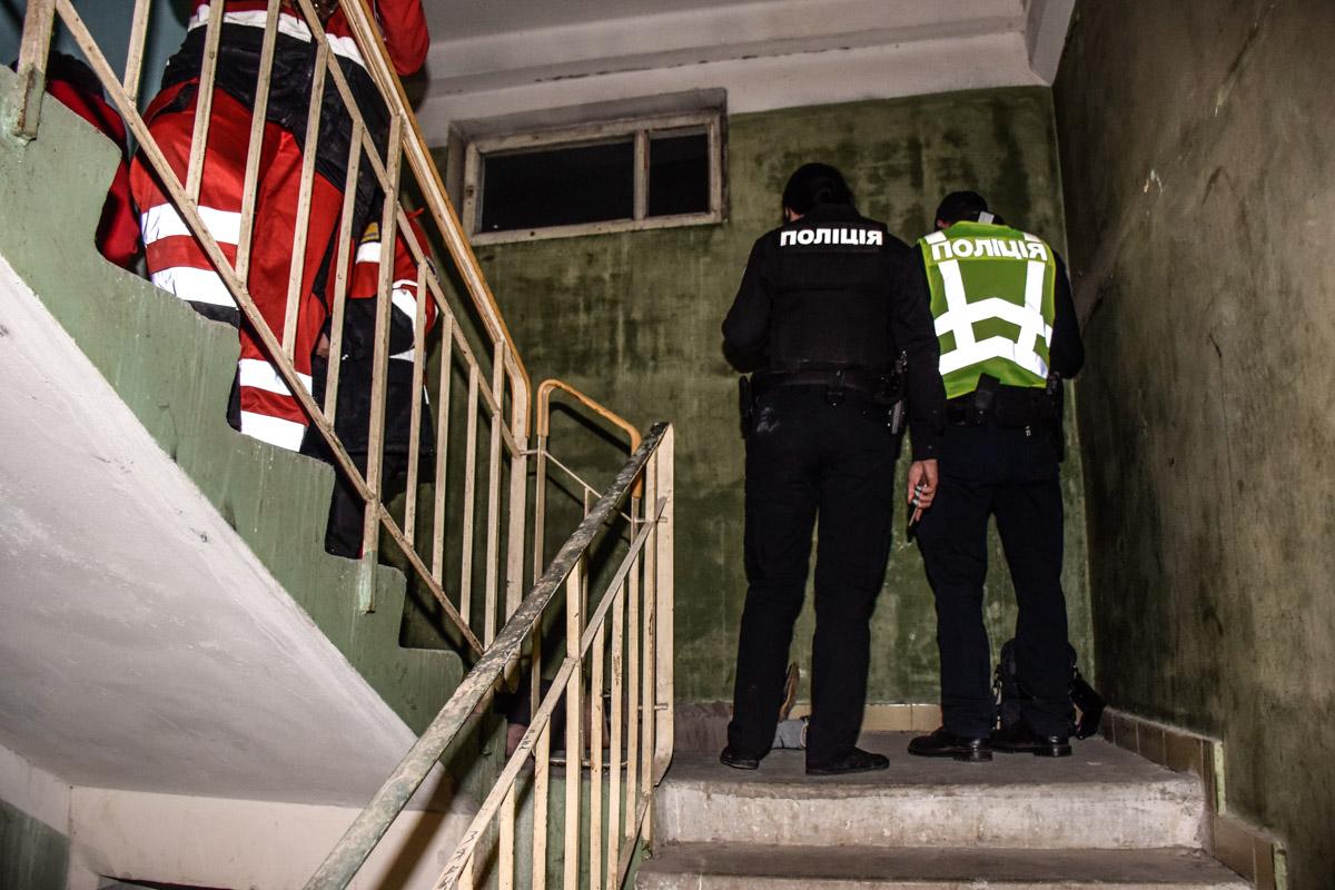 Прямо на лестничной клетке жилого дома умер мужчина