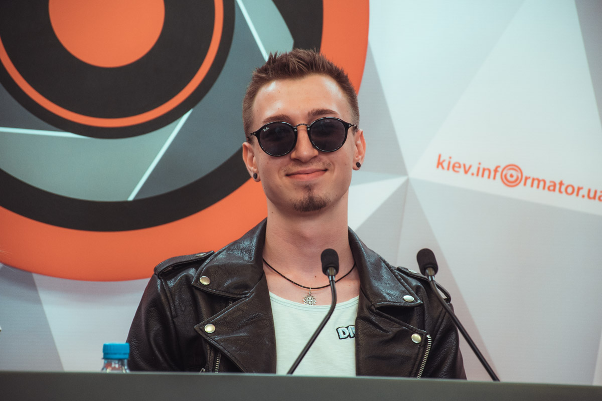 Дмитрий Ремизов говорит, что на написание хита его вдохновила работа с новым составом группы