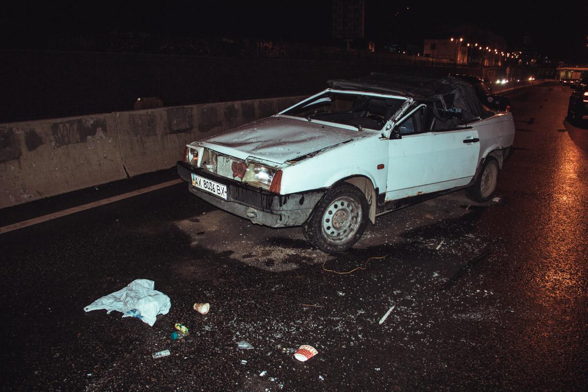 Осколки от обеих машин разлетелись по всей дороге