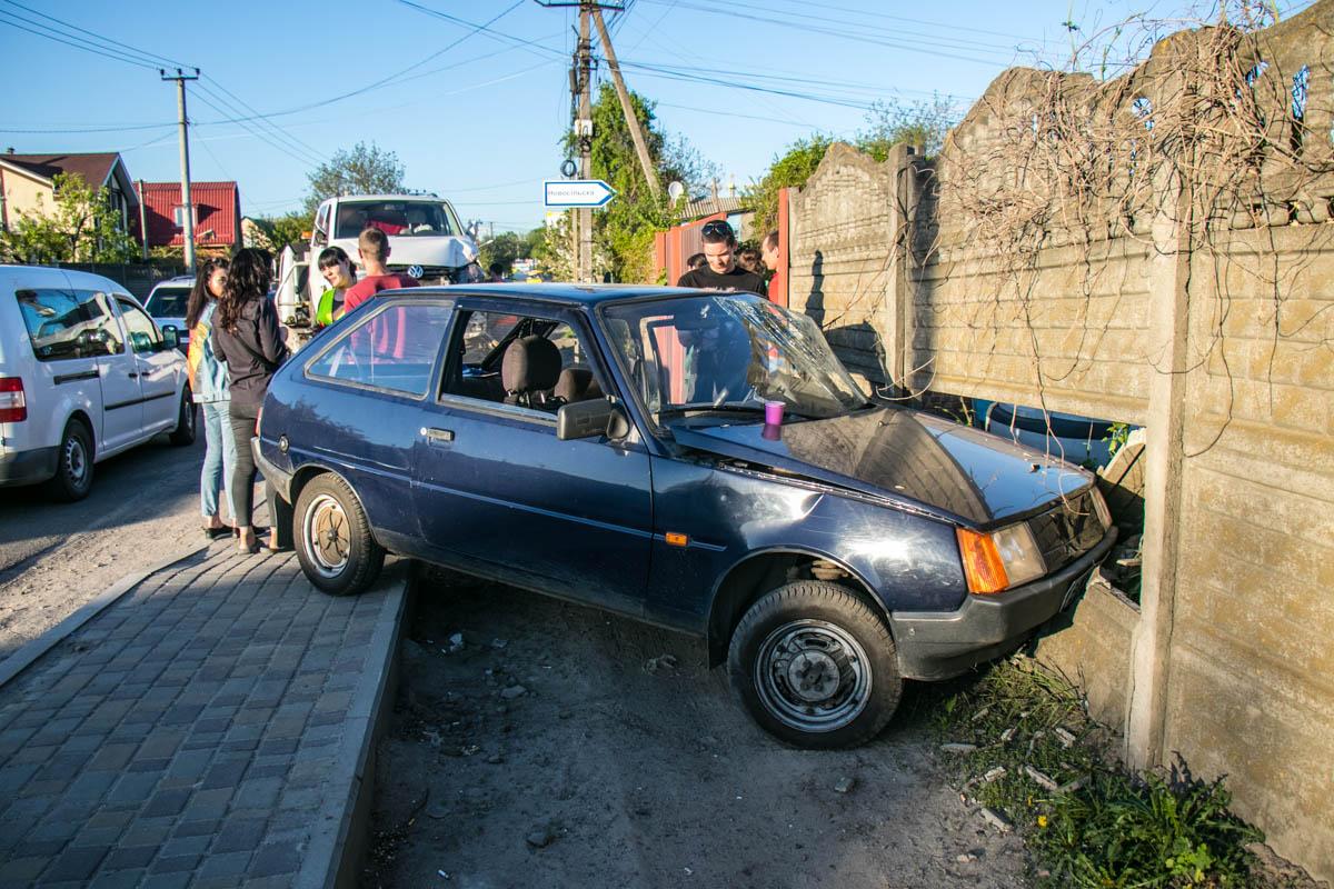 В селе Крюковщина Киевской области столкнулись микроавтобус Volkswagen и Таврия