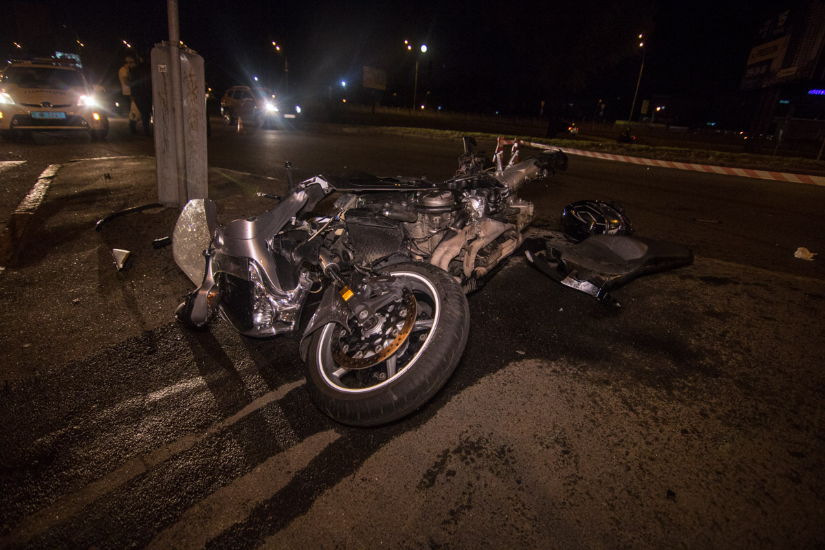 Автомобиль ВАЗ подрезал мотоциклиста и тот влетел в столб