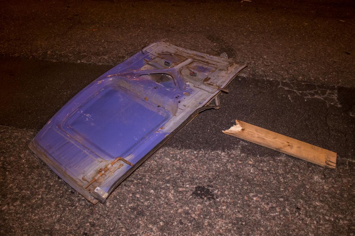 Части автомобиля разбросаны по дороге