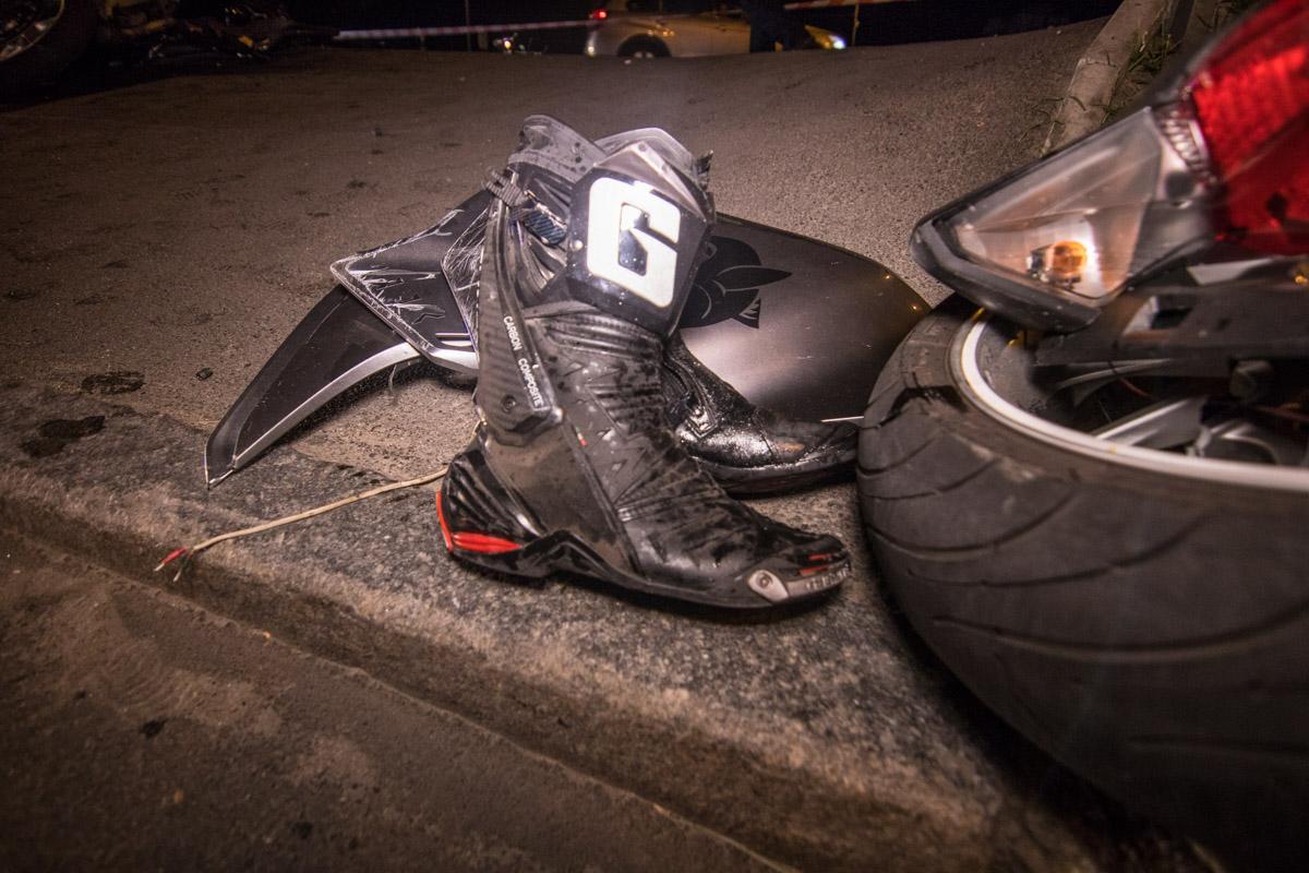 От удара в столб мотоцикл Honda разлетелся