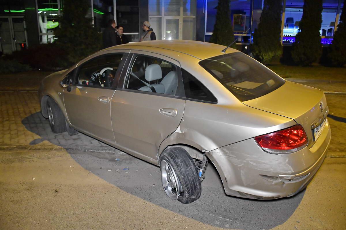 У автомобиля вырвало колесо