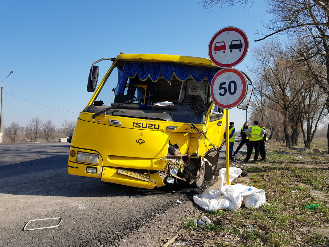 Пострадали четверо пассажиров маршрутного автобуса - троих госпитализировали, у одной из женщин травма головы