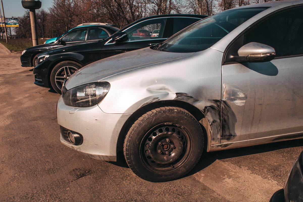 """Volkswagen подрезал """"японца"""", который в результате этого вылетел на обочину в парковую зону"""