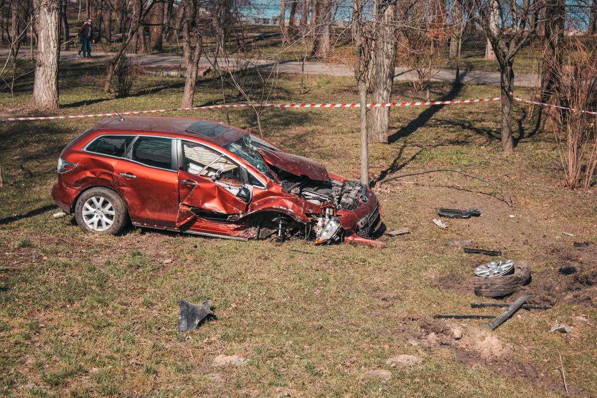 Mazda CX-7 вылетел с дороги в парк и врезался в дерево