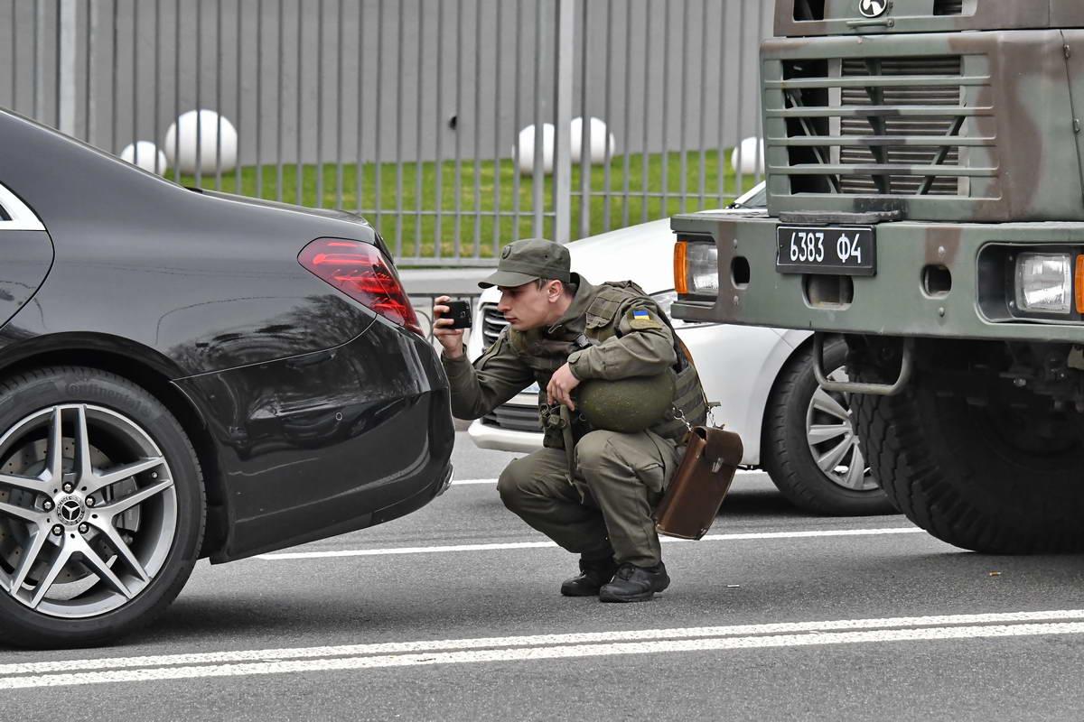 На перекрестке улиц Михаила Бойчука и Неманской военный КРАЗ врезался вMercedes