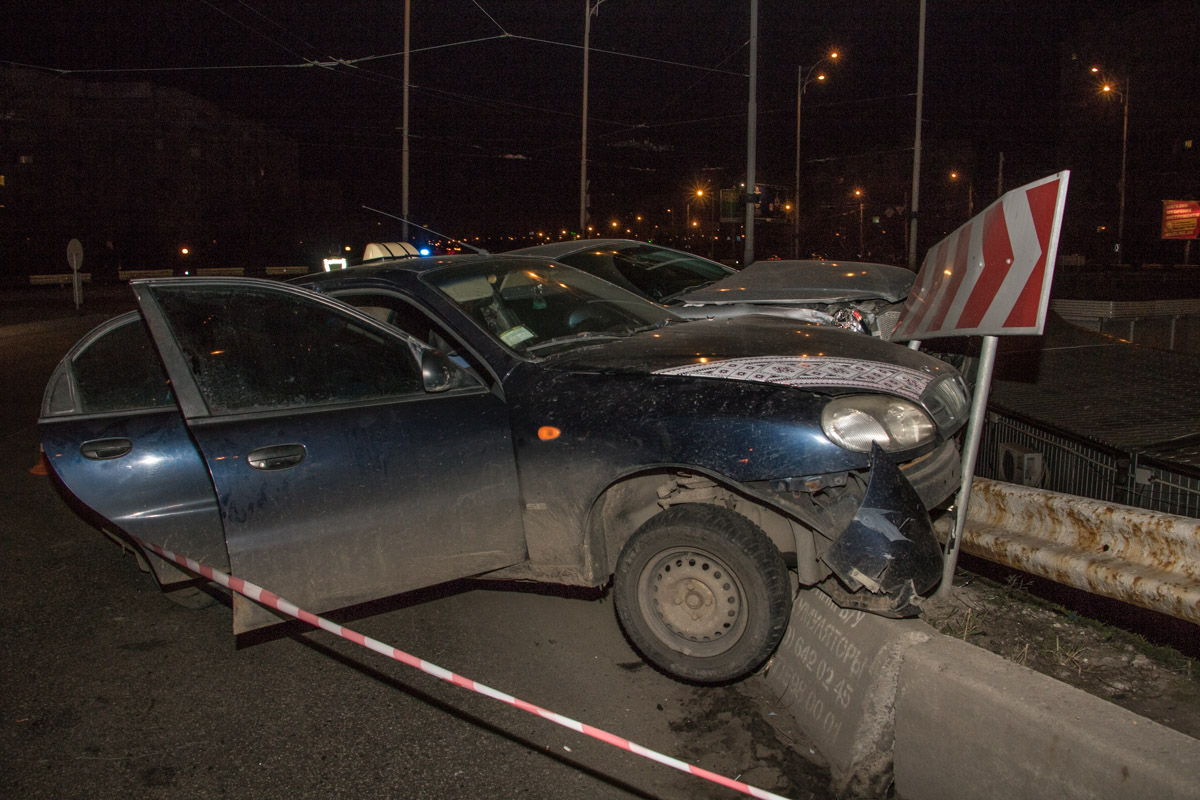 Оба автомобиля зависли на оградительном заборе