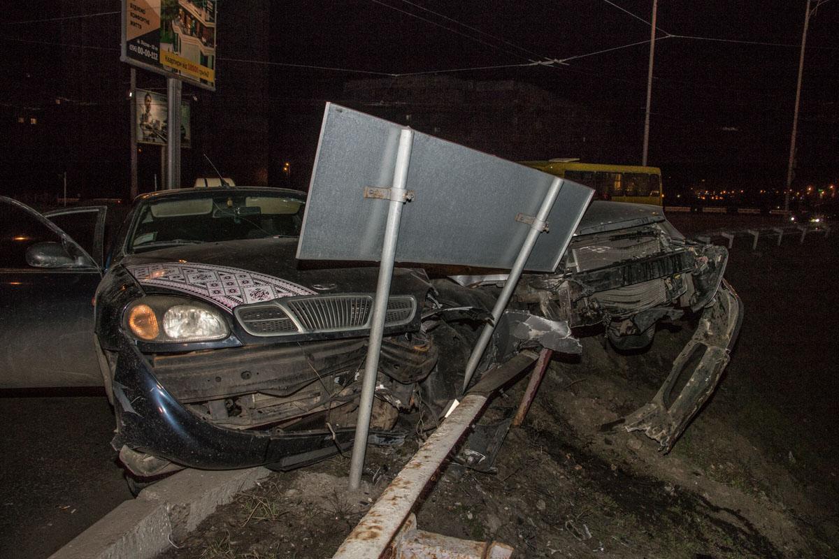 Если бы не высокий бордюр и забор, машины слетели бы в круг с киосками