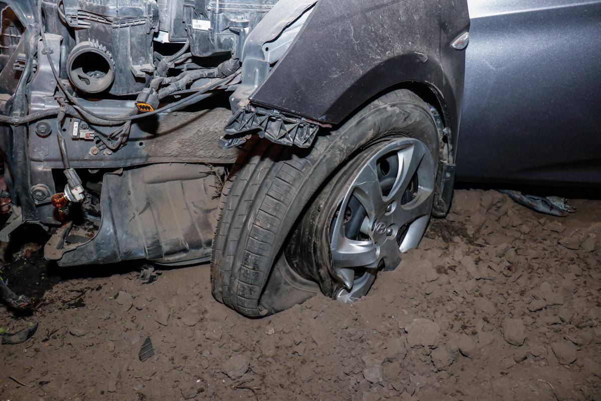 ВКиеве Хёндай влетел встолб из-за лопнувшей шины