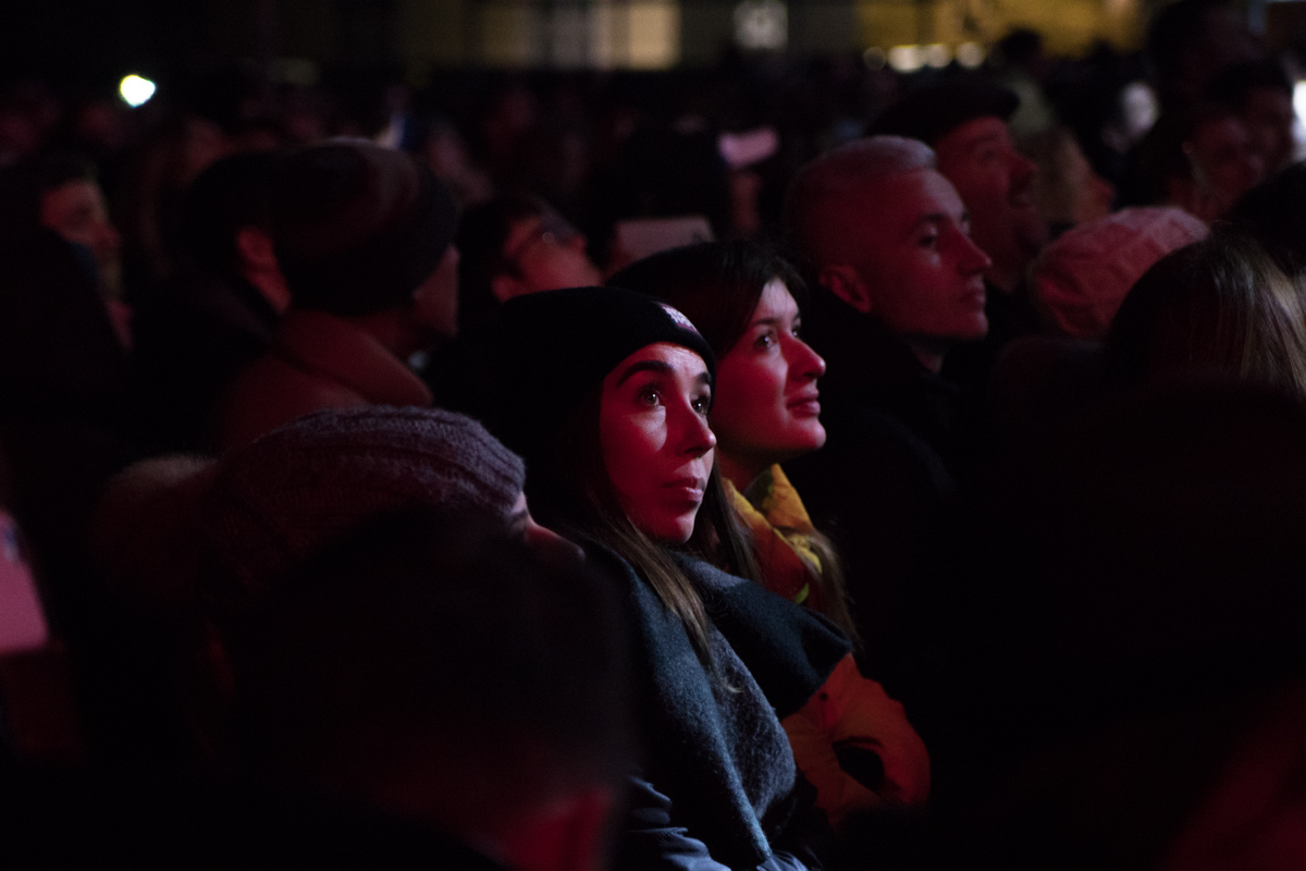 Зрители, затаив дыхание, наблюдали, как на огромной трехуровневой сцене выступают музыканты
