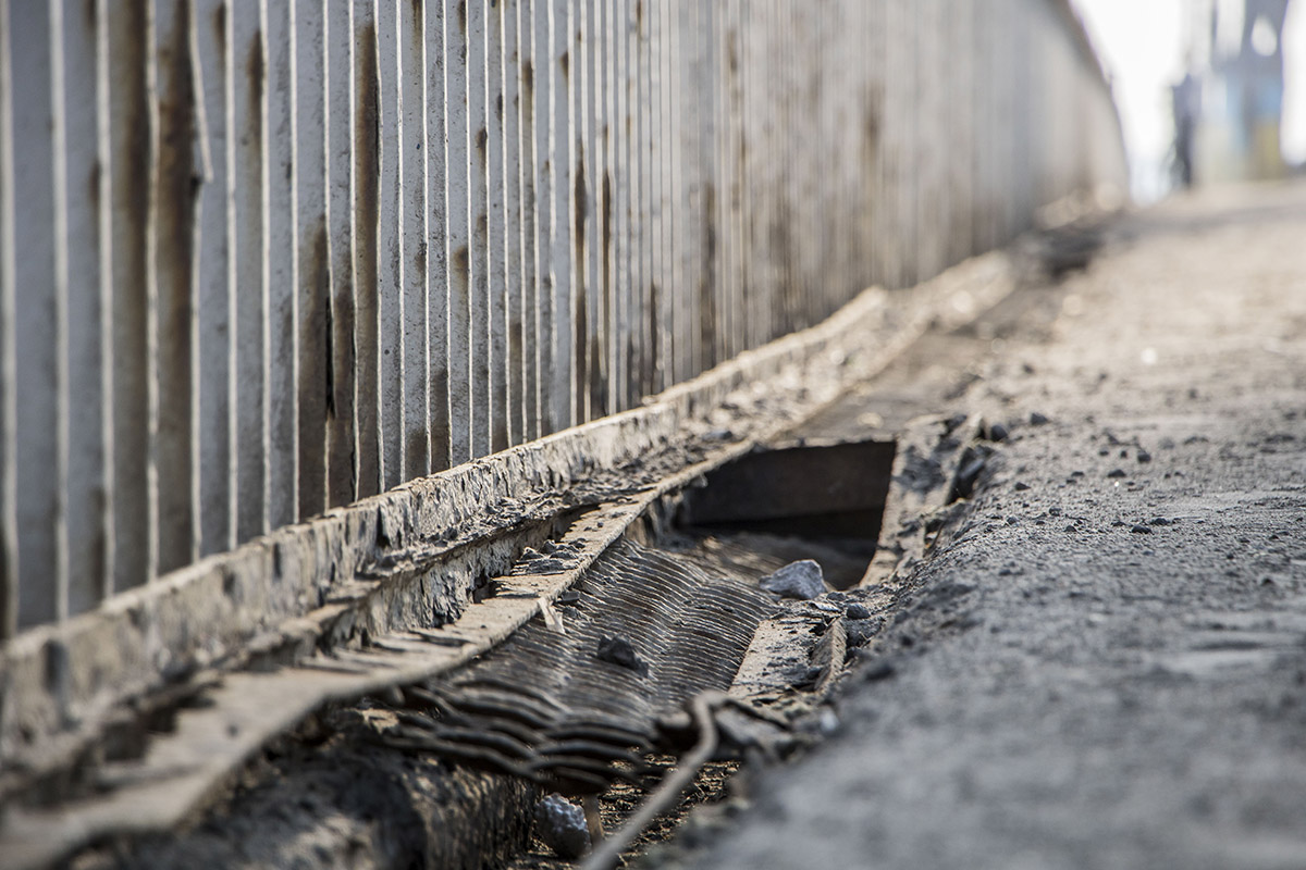 На мосту мы нашли трещины и выбоины, несмотря на регулярные ремонты
