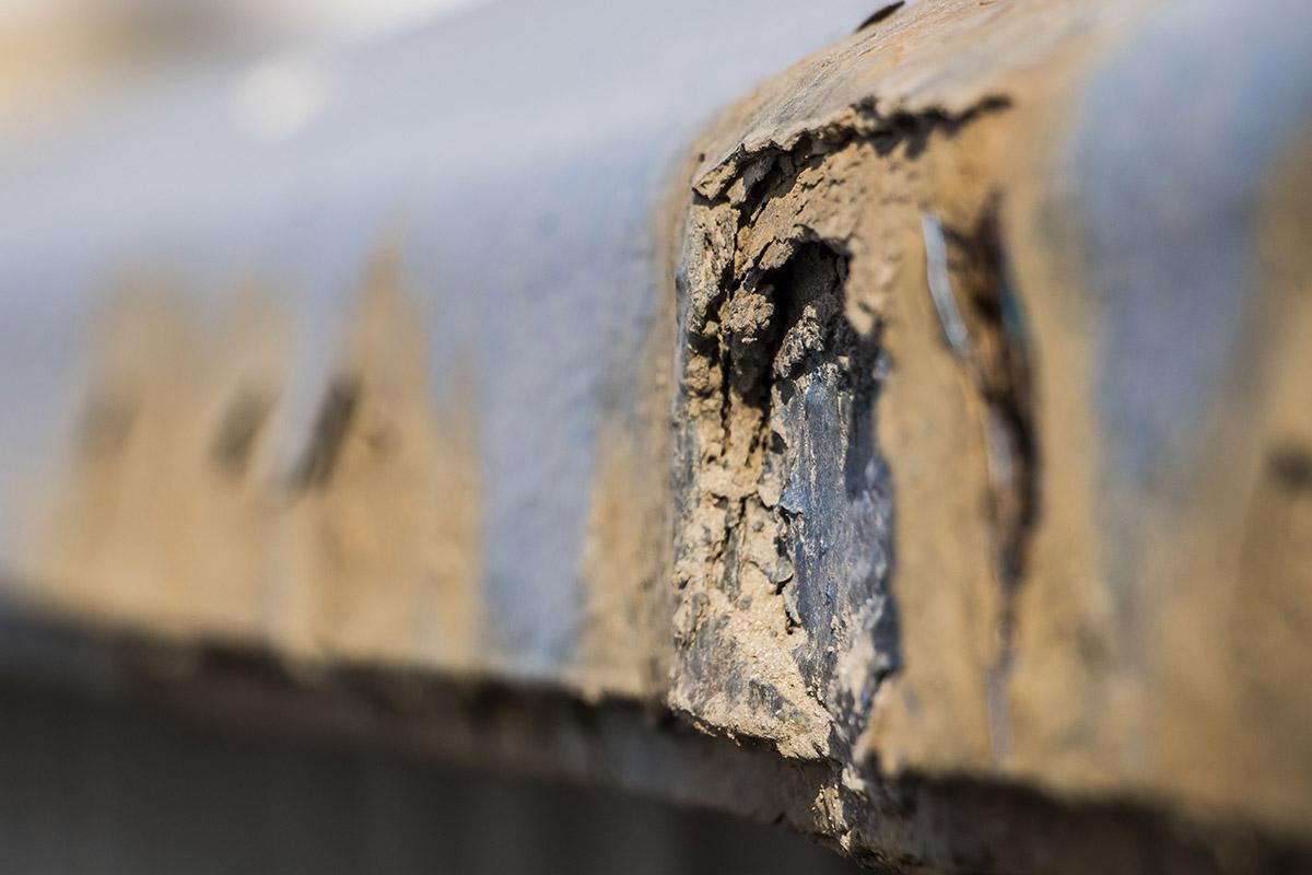 Почти везде на разных частях и элементах путепровода встречаются ржавчина и дыры