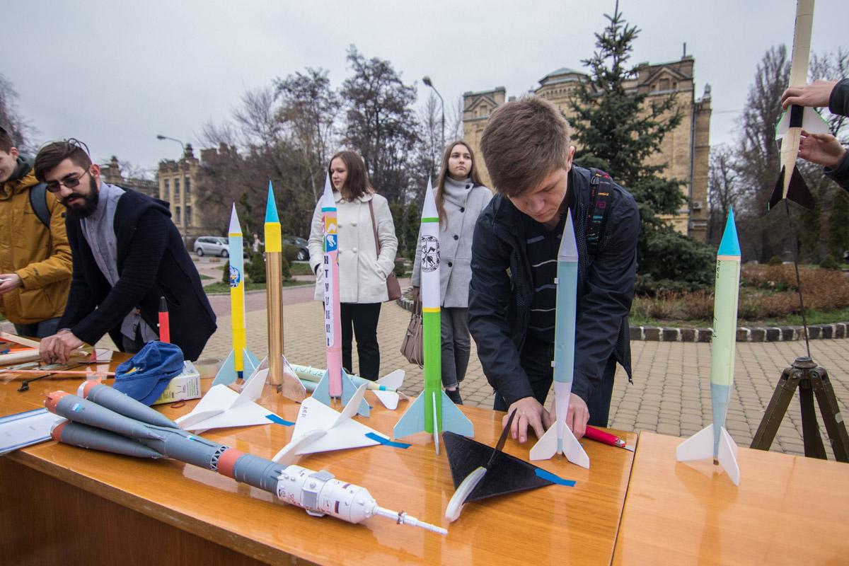 Также представили модели ракет