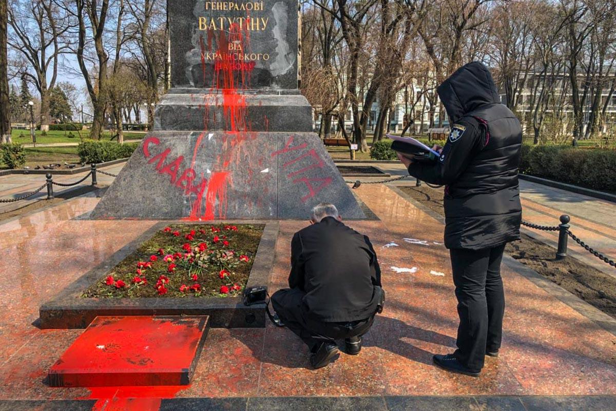 Националисты изувечили памятник краской