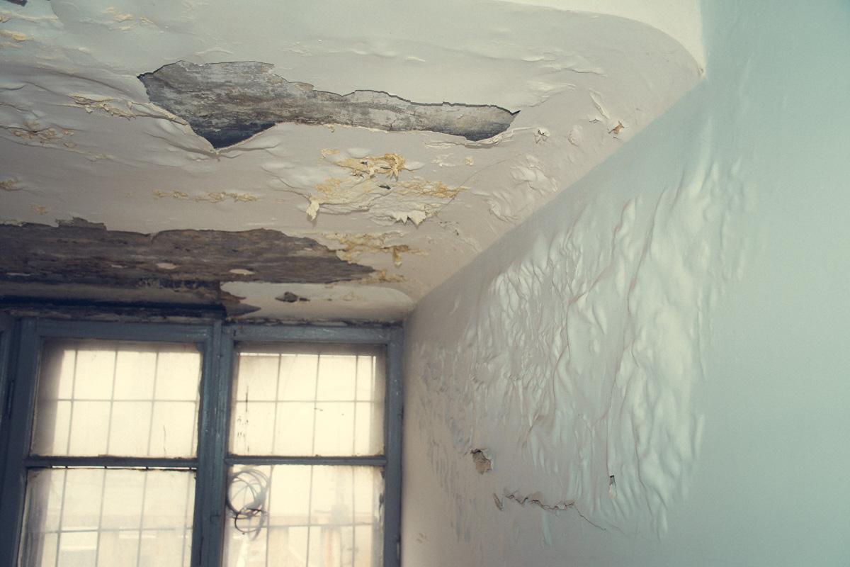 Потолок на последнем этаже дома протекает