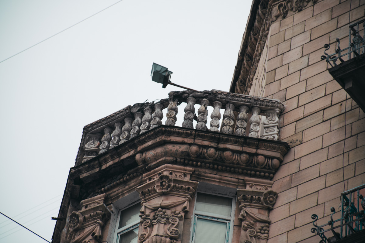 В доме разваливаются эркерные балконы