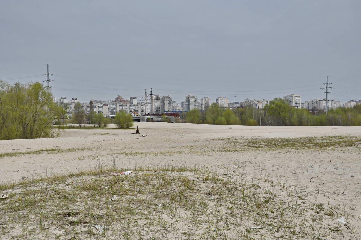 """С """"песочных холмов"""" открывается вид на часть правого берега, на проспект Бажана, новостройки и дома"""