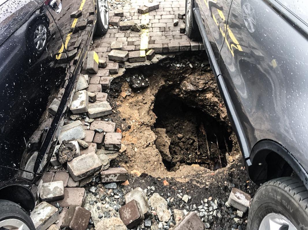 На улице Соломенской образовалась яма
