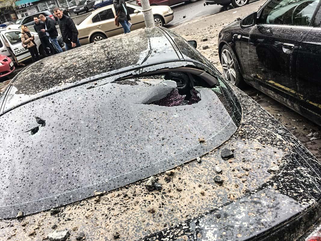 А машин разбиты стекла
