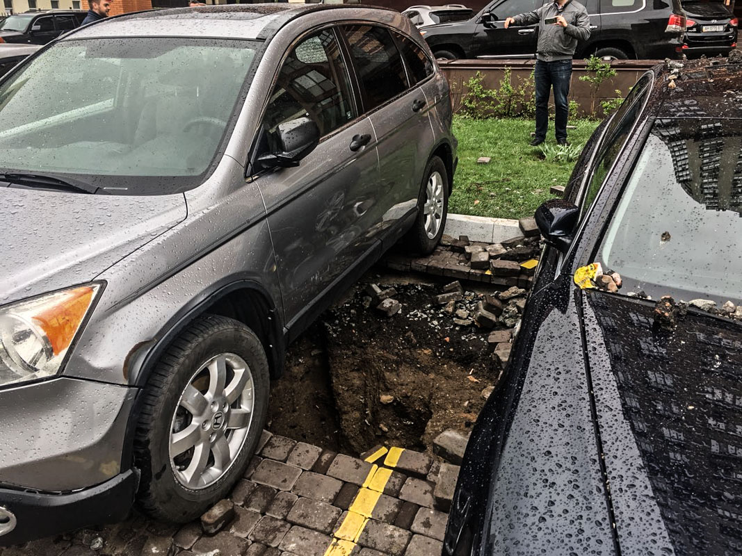 Части земли асфальта и плитки лежат на авто
