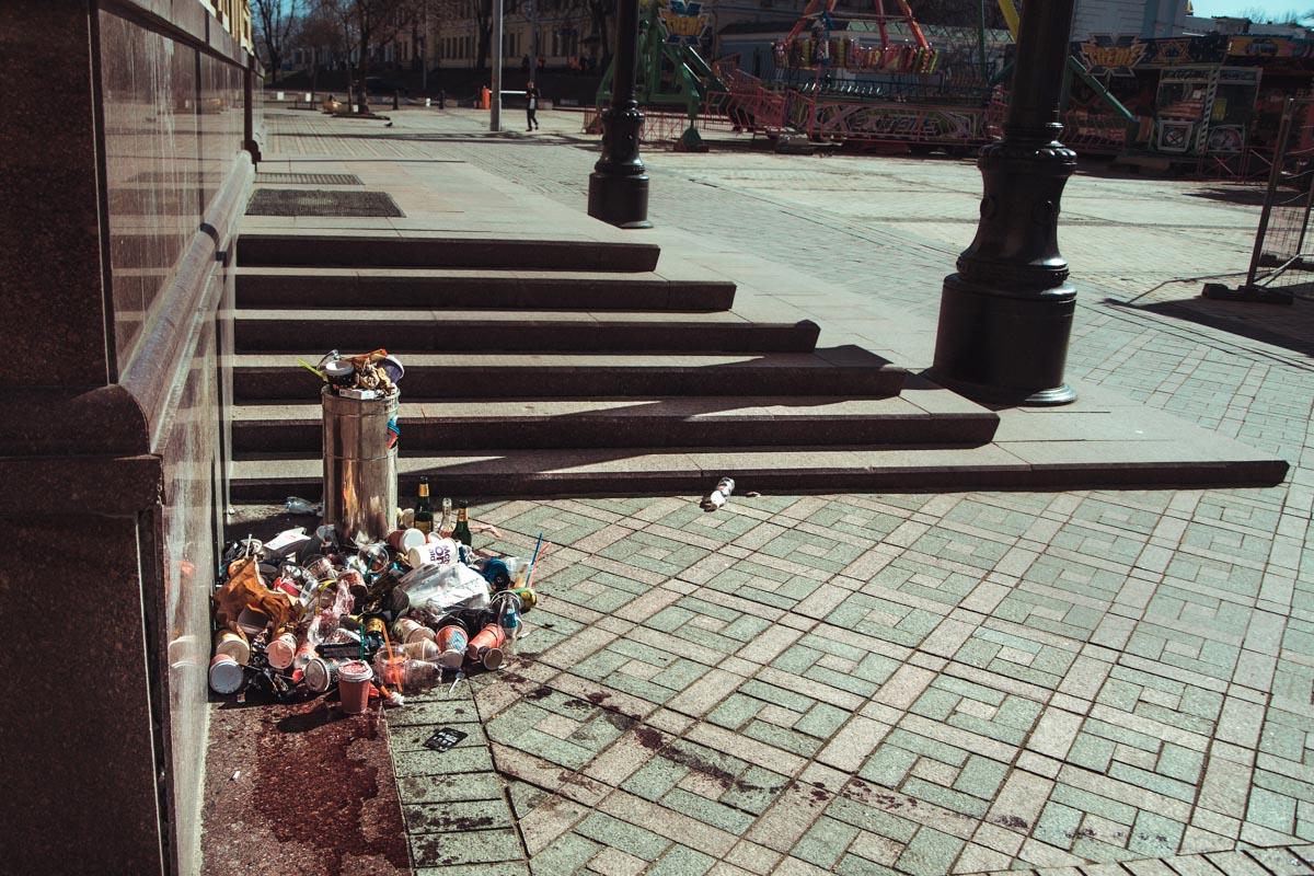 На Михайловской площади мусорные баки переполнены