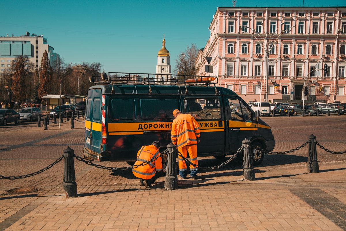 В центре Киева коммунальщики убирают последствияпразднования Пасхи