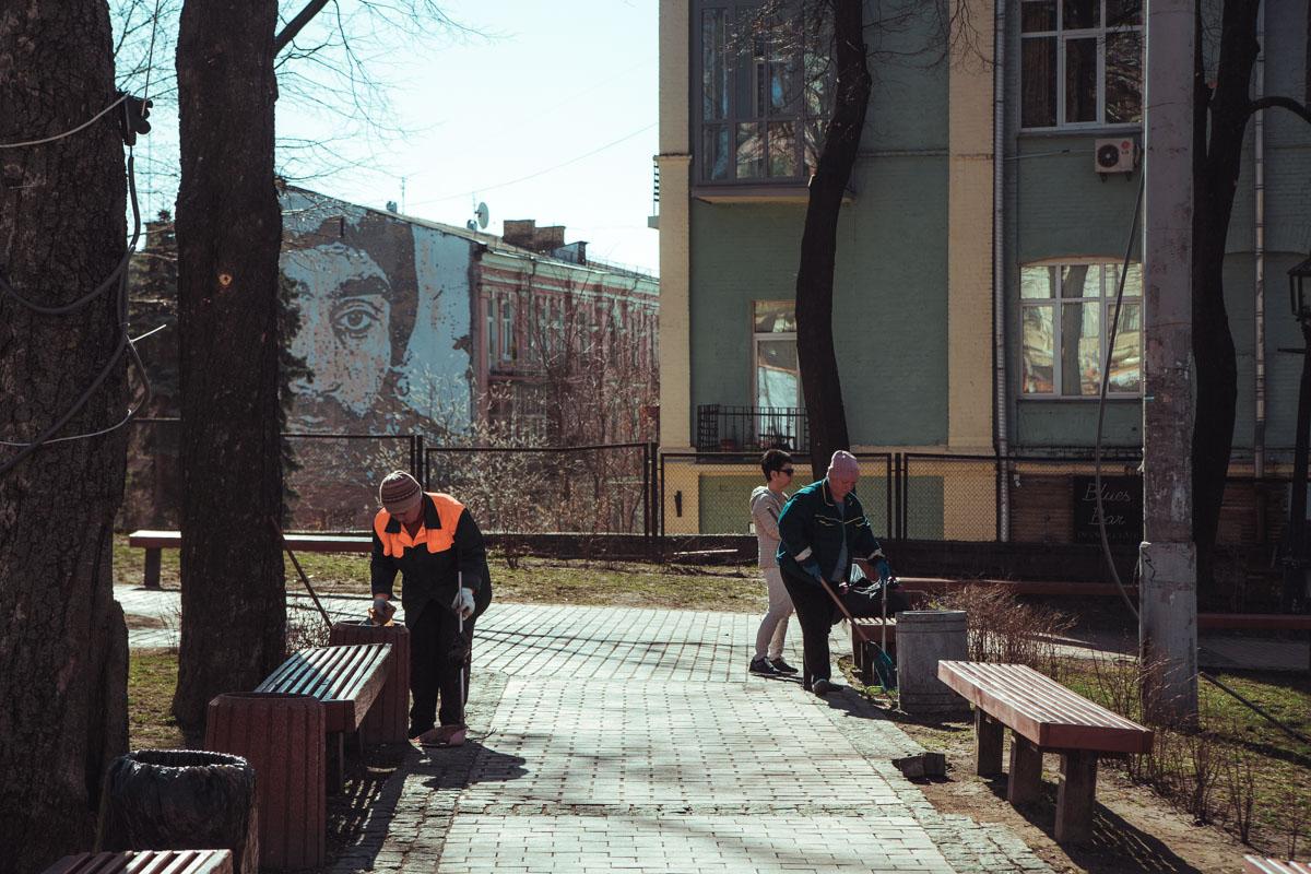 С центра столицы вывозят отходы, которые накопились после масштабный гуляний