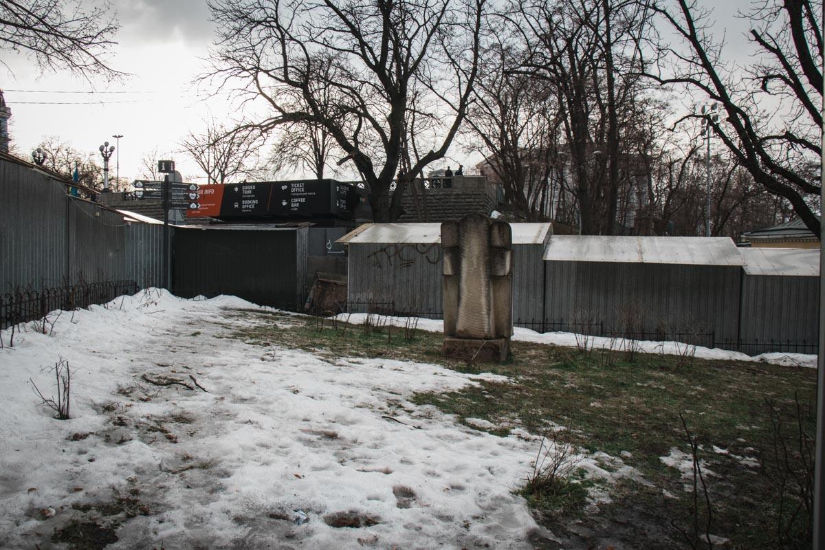 Вид сзади, МАФы закрыли вид на памятник