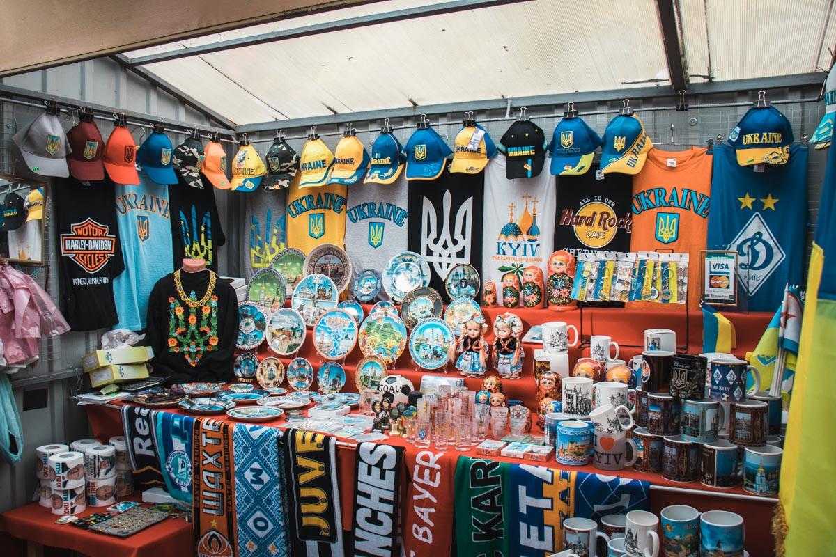 Сувениры с Андреевского спуска популярны среди иностранных туристов