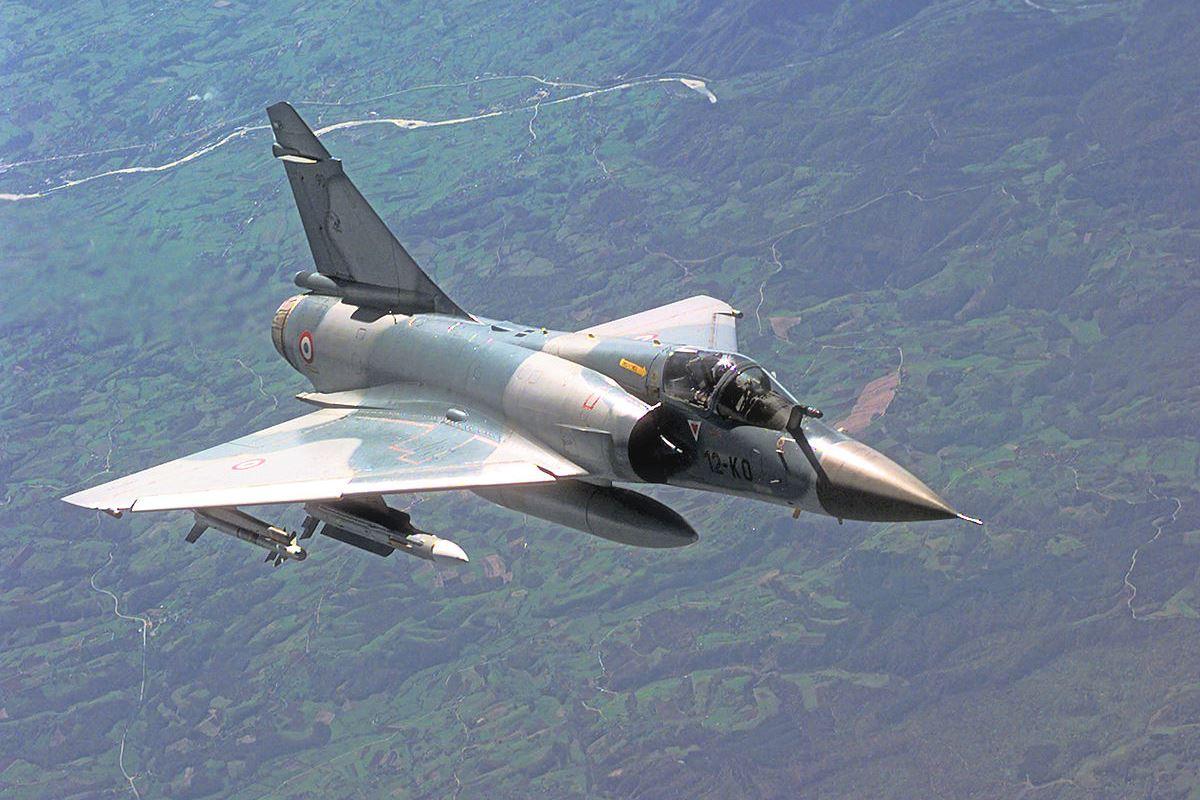 Истребитель Mirage 2000 сбросил бомбу на завод компании Faureca