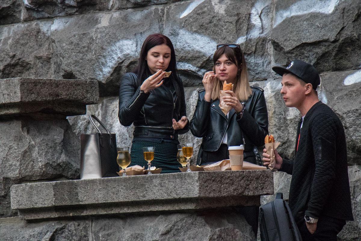 Многие едят и пьют прямо на ступеньках у бара